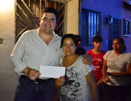 """El legislador por Nogales hizo entrega de apoyo a vecinos del """"barrio chino""""."""