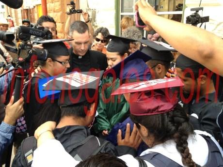 Un reverendo bendijo la manifestación de los jóvenes antes de iniciar el recorrido.
