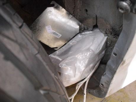 La droga iba oculta en los guardafangos de la unidad.
