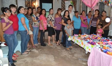 El legislador nogalense se reunió con vecinas de Colinas del Yaqui.