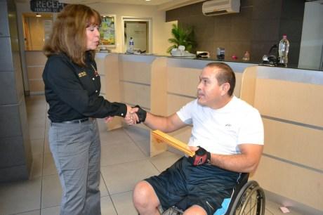 Entrega apoyo Gobierno Municipal a equipo de basquetbol sobre silla de ruedas.