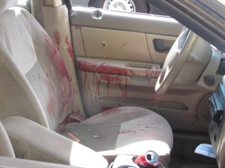 Manchas de sangre provenientes de las heridas que recibió el sujeto, quedaron en el interior de la unidad.