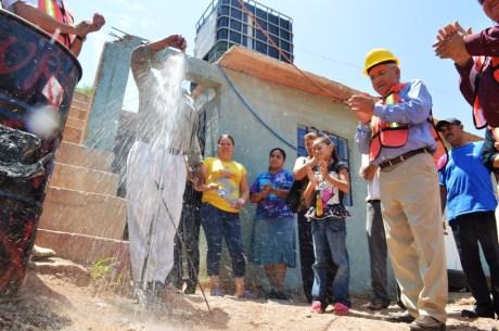 Inaugura Alcalde introducción de agua y drenaje en las colonia Del Valle y Las Torres.