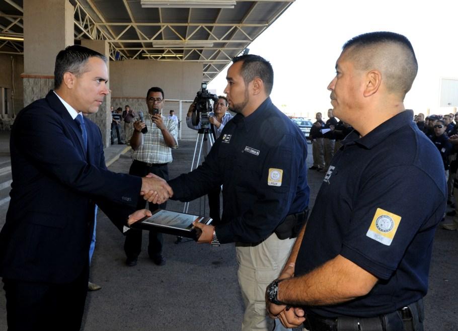 Los dos agentes estatales recibieron el reconocimiento por parte del Procurador.