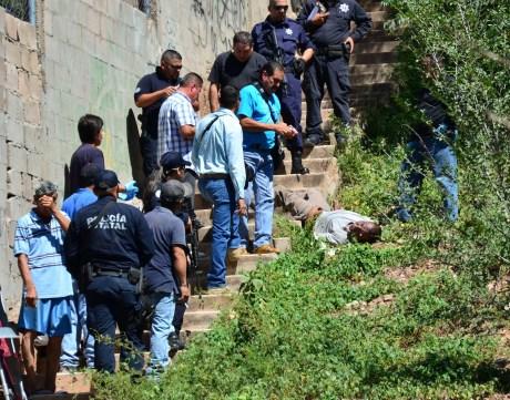 Personal de la PGJE y elementos policiacos durante las diligencias.