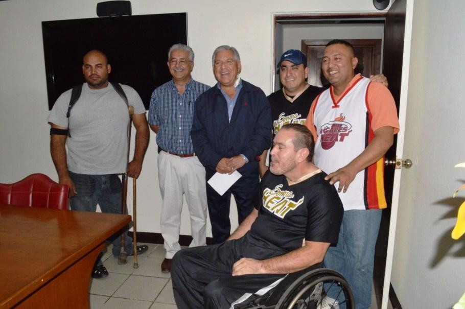 Agradecen deportistas en sillas de ruedas apoyo a Ramón Guzmán Muñoz.