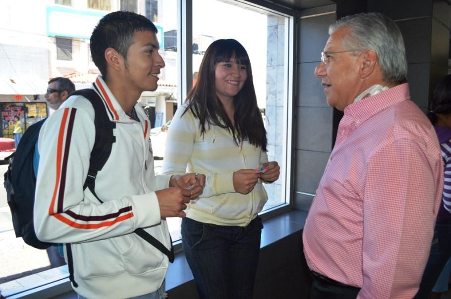 Beneficia Alcalde a estudiantes con becas.