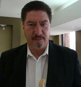 Carlos Avila Murillo, se debate entre la vida y la muerte.