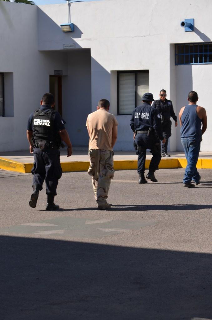 Los dos sujetos al momento de ser trasladados a la base policiaca.
