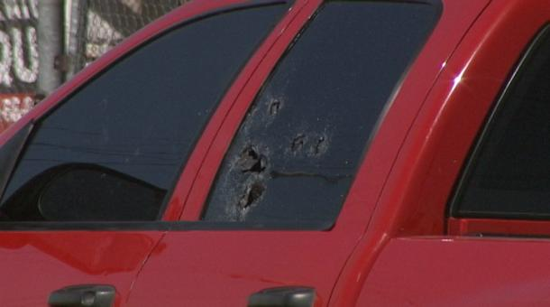 Impactos de bala sobre una de las ventanas del pick up que conducía el joven (imagen cortesía).