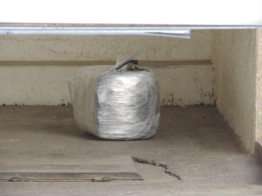 Un paquete prensado con supuesta droga, fue visto en la cochera del domicilio asegurado.