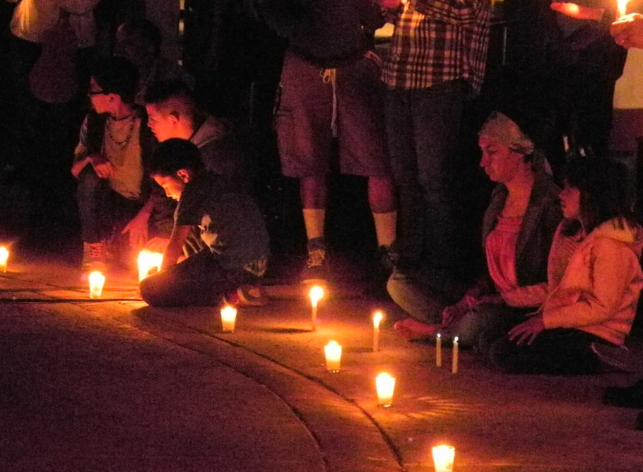 Los participantes encendieron velas a la hora del apagón.