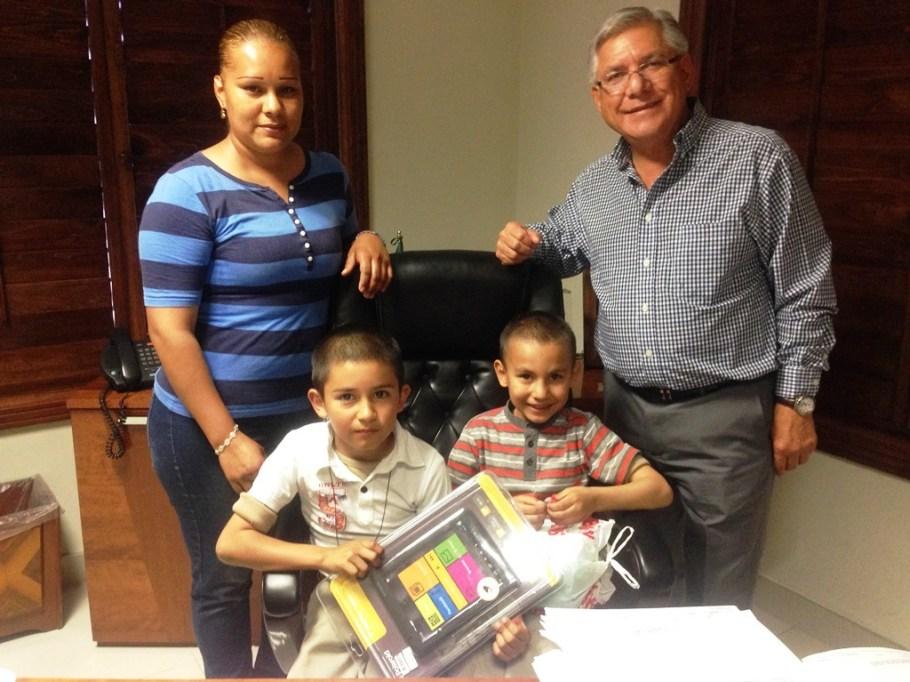 Entrega alcalde Ramón Guzmán regaló a estudiante de la primaria Nueva Creación Las Haciendas.
