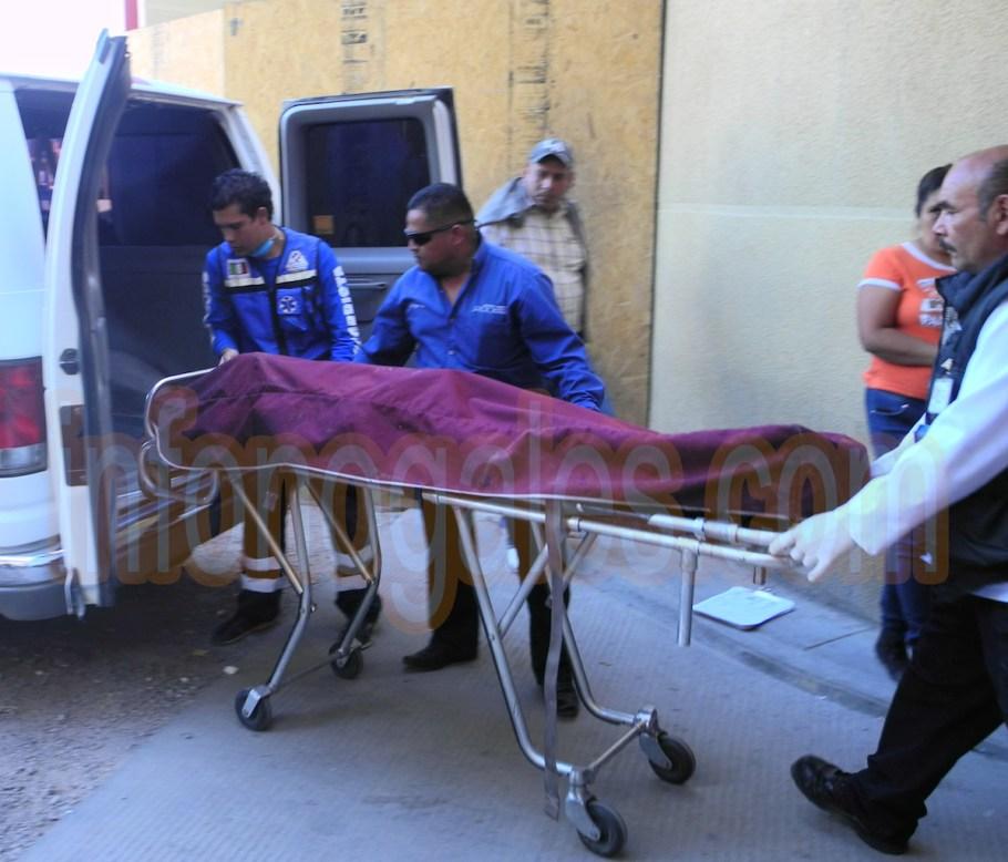 Personal de la funeraria en turno saca el cuerpo sin vida del Hospital General.