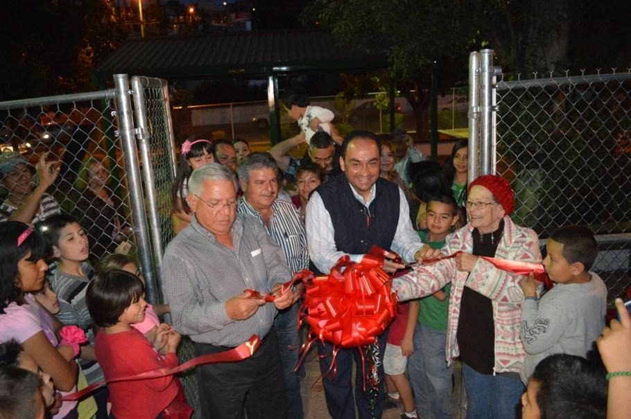 Entrega Alcalde parque infantil a vecinos del Multifamiliar de la colonia Lomas de Fátima.