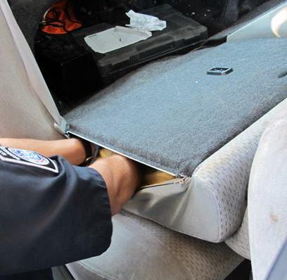 Un agente inspecciona el vehículo.