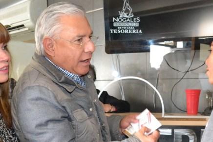 Entrega Ramón Guzmán becas municipales