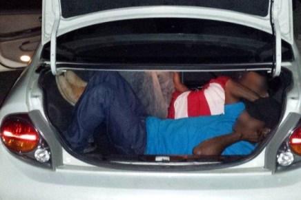 Sacan a varios migrantes «encajuelados» en retenes de la Patrulla Fronteriza
