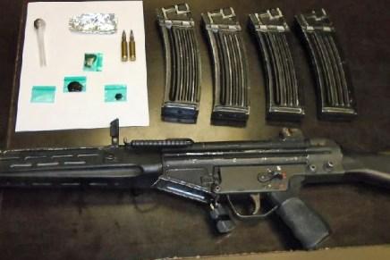Detienen a mujer en carro robado, con un rifle de asalto y droga cuando cruzaba hacia México