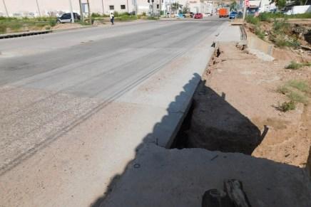Recién reconstruido puente de Colinas del Yaqui ya presenta daños