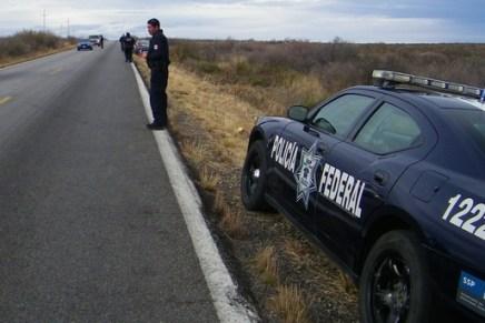 Rescatan policías federales a jovencita drogada cuando caminaba sobre la carretera