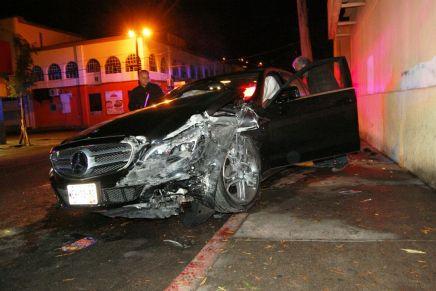 Provoca alcohol y descuidos, 4 fuertes choques en recientes horas, entre ellos un Mercedez Benz