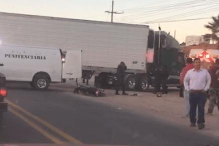 Corta circulación trailero y mata a motociclista, deja lesionado grave a otro