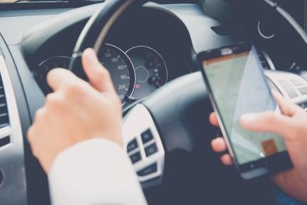 VIDEO: Dan a conocer nueva ley para sancionar a personas que conduzcan con el celular en la mano
