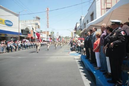 Desfilan en Nogales por aniversario de la Batalla de Puebla