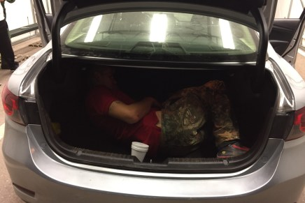 """Transportaban norteamericanos droga y a migrante """"encajuelado"""", son detenidos"""