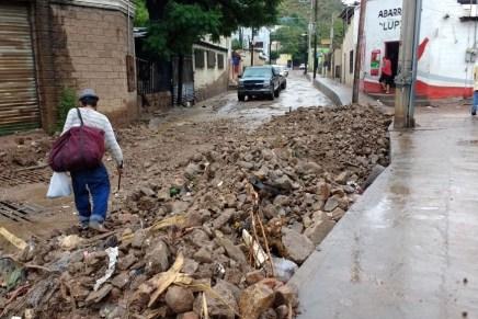 Dejan lluvias del jueves toneladas de tierra, basura y escombro en las calles