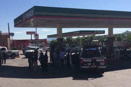 Atracan sujetos armados par de gasolineras, abordo de taxis