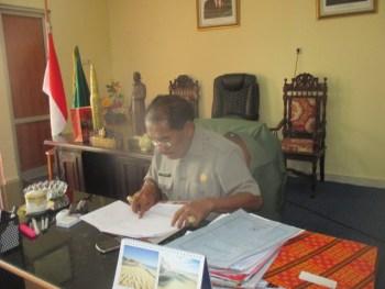 Bupati Rote-Ndao membaca saksama setiap dokumen sebelum ditandatangani (foto;roni/infontt.com)