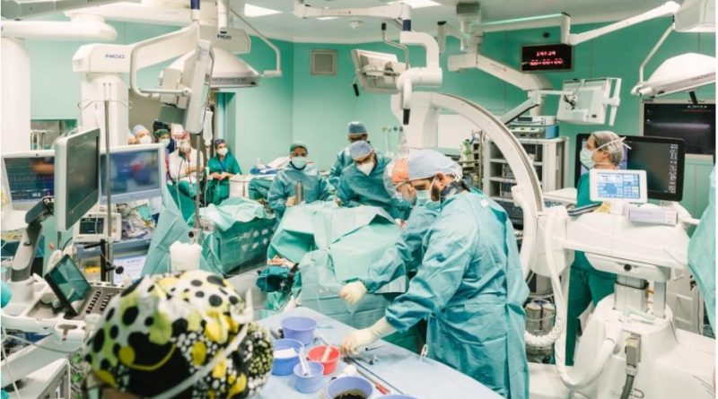 """Intervento record a Niguarda: tumore al rene esteso fino al cuore rimosso con chirurgia """"senza cicatrici"""" grazie all'uso combinato di robot e cannula aspira-tumore"""