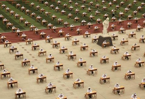 ФОТО ДНЯ: Китай: экзамены под открытым небом
