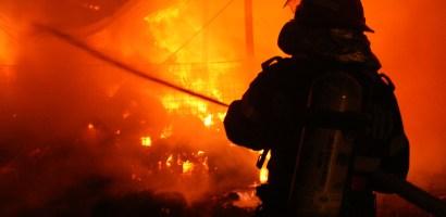 Si-au dat foc singuri! 5 adulti si 2 minori arsi intr-un incendiu provocat pe Calea Borsului