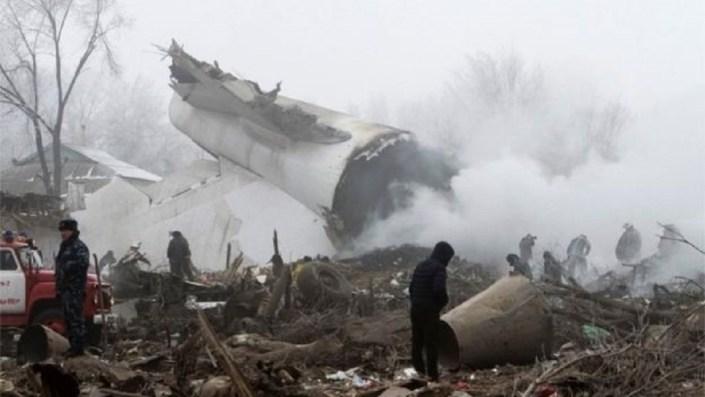 Un avion turcesc s-a prabusit peste un sat din Kârgastân. Cel putin 37 de morti. FOTO