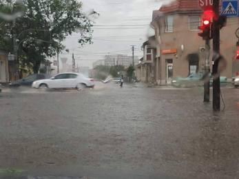 Oradea sub ape!!! O rupere de nori a blocat mai multe artere din oras. (GALERIE FOTO)