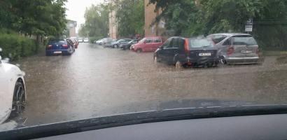 Oradea din nou sub ape. O ploaie puternica a inundat din nou strazile orasului (GALERIE FOTO)
