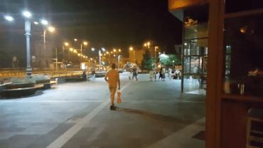 """Un barbat """"gol pusca"""" se plimba aseara prin zona magazinului Crisul. (FOTO / VIDEO)"""
