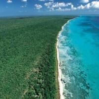 Bahía de las Águilas: truenan particulares, turismo y medio ambiente
