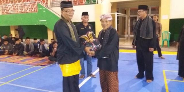 Dispora Serahkan Bantuan Pakaian Silat ke Perguruan Silat di Kota Solok