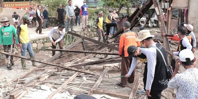 Berbakti Tanpa Henti, Pramuka Bedah Rumah Warga Korban Musibah Banjir