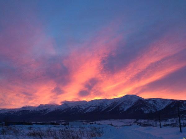 Утро красит нежным светом склоны древнего белка ...
