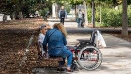 aide soignante et personne âgée