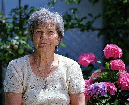 personne âgée devant hortensia