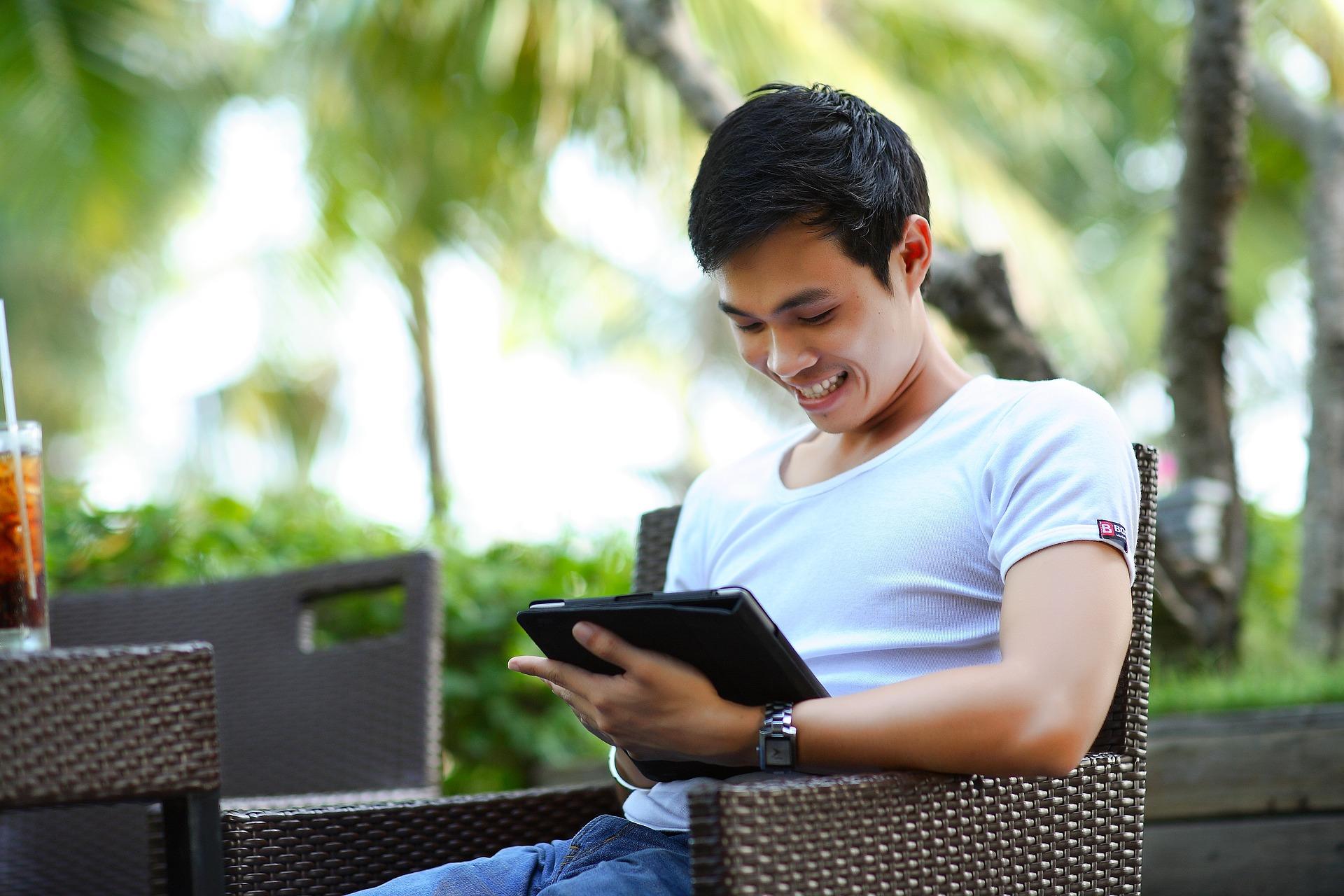 muchacho-leyendo-dispositivo-móvil