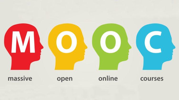 4 cabezas de color cada una con una letra: MOOC