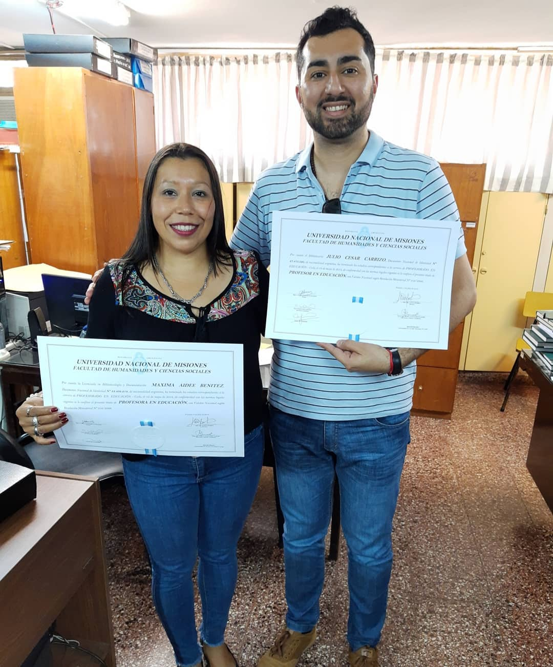 Foto de Maxi y Julio cuando recibieron sus diplomas de profesores de educación