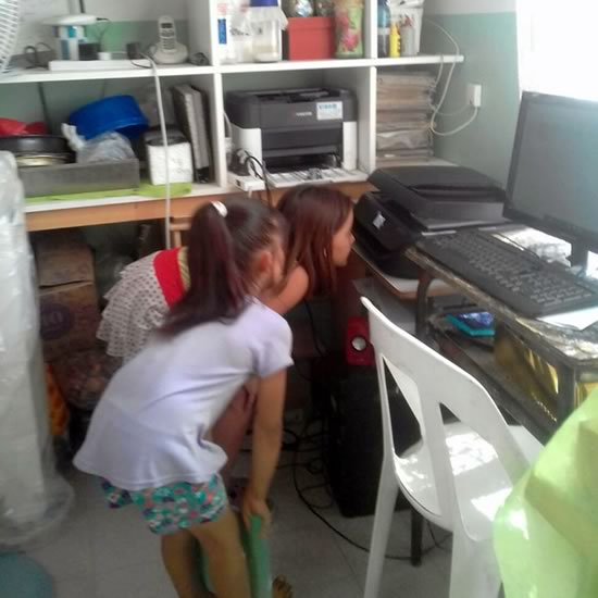 niñas mirando cómo se digitaliza